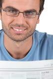 Man som läser tidningen Fotografering för Bildbyråer