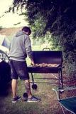 Man som lagar mat hamburgarna royaltyfri foto