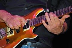 Man som leker den elektriska gitarren Arkivfoto