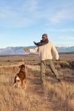 Man som leker med hans hund Royaltyfria Foton