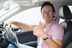 Man som ler, medan köra Arkivbild