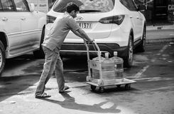 Man som levererar vattenflaskan Fotografering för Bildbyråer