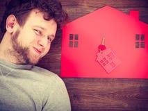 Man som ligger med hussymboler Royaltyfri Foto