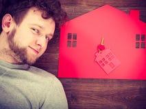 Man som ligger med hussymboler Fotografering för Bildbyråer