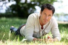 Man som ligger på gräset Royaltyfri Foto