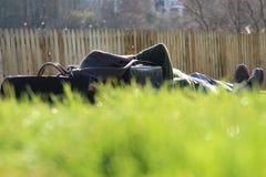 Man som ligger på gräset ovanför den Waverley gallerian i Edinburg arkivfoton