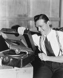Man som lyssnar till skivspelaren Arkivbilder