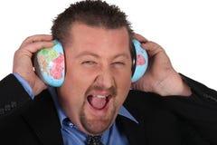 Man som lyssnar till världen Arkivfoto