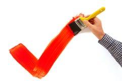 Man som målar den röda fästingen Royaltyfria Bilder