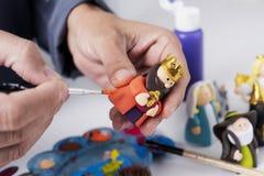 Man som målar en maggi av en julkrubba royaltyfri fotografi