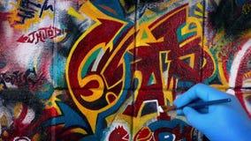 Man som målar grafitti Art On Wall lager videofilmer