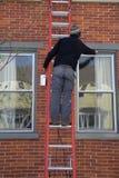 Man som målar Windows Arkivfoto