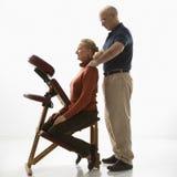 man som masserar kvinnan Royaltyfria Bilder