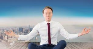 Man som mediterar den fridsamma over staden Arkivbild
