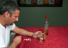 Man som missbrukas till alkohol och preventivpillerar Arkivfoton