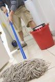 Man som moppar på golvet Arkivbilder