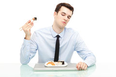 Man som ogillar sushi Arkivfoto