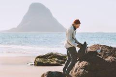 Man som packar hans ryggsäck med havssikt arkivbilder