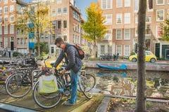 Man som parkerar hans cykel arkivbilder