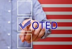 Man som pekar fästingfläcken som röstar symboler, presidentval Royaltyfri Foto