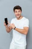 Man som pekar fingret på den smarta telefonen arkivbilder