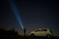 Man som pekar på stjärnor Arkivfoto