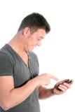 Man som pekar på hans smartphone i spänning Fotografering för Bildbyråer