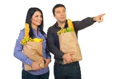man som pekar shopping till kvinnan arkivbild