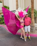 Man som poserar med en Las Vegas showgirl Arkivbilder