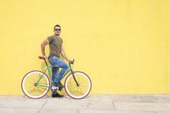 Man som poserar med hans fasta kugghjulcykel Royaltyfri Foto