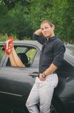 Man som poserar nära bilen Arkivfoton