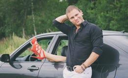 Man som poserar nära bilen Arkivfoto