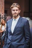 Man som poserar utvändiga Byblos modeshower som bygger för Milans Womens modeveckan 2014 Royaltyfri Bild