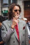 Man som poserar utvändiga Gucci modeshower som bygger för Milans Womens modeveckan 2014 Arkivbilder