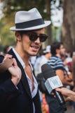 Man som poserar utvändiga Gucci modeshower som bygger för Milans Womens modeveckan 2014 Royaltyfri Foto