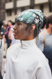 Man som poserar utvändiga Gucci modeshower som bygger för Milans Womens modeveckan 2014 Royaltyfria Bilder