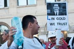 Man som protesterar i universitetfyrkanten, Bucharest Fotografering för Bildbyråer