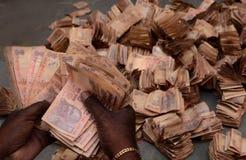 Man som räknar indiska rupier Royaltyfri Bild