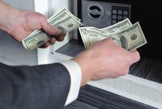 Man som räknar pengar Royaltyfri Fotografi