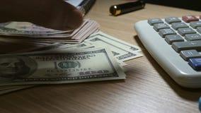 Man som räknar pengar och gör finansiella beräkningar stock video