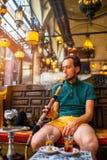 Man som röker den turkiska vattenpipan Royaltyfri Foto