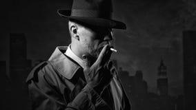 Man som röker en cigarett royaltyfria foton