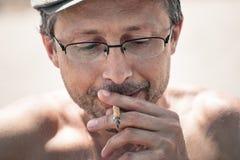 Man som röker haschischskarven Arkivbilder