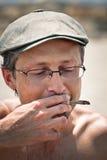 Man som röker haschischskarven Arkivbild