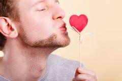 Man som är förälskad med hjärta Arkivfoto