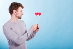Man som är förälskad med hjärtor Arkivfoto