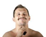 Man som rakar framsidan med rakapparaten Arkivbild