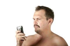 Man som rakar framsidan med rakapparaten Royaltyfria Foton