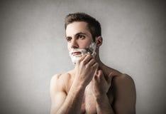 Man som rakar hans framsida Royaltyfri Bild