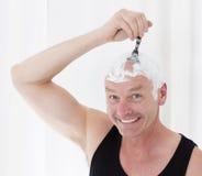 Man som rakar huvudet Royaltyfria Bilder